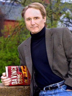 Dan Brown: Dünyada satış kitapları rekorları kıran 'The Da Vinci Code' kitabının yazarı Brown, 'en çok satan yazar' olmadan önce, bir lisede İngilizce öğretmeni olarak çalışıyordu